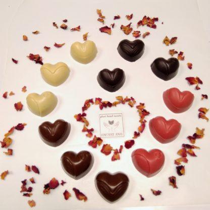WItte, bruin, pure en roze hartjes in hartvorm met rozeblaadjes ter decoratie en logo Confiserie Jonas